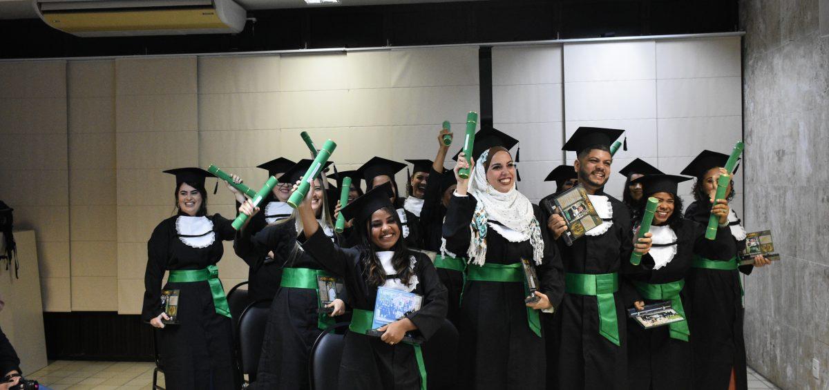 Formandos com diploma do curso Técnico em Podologia Senac